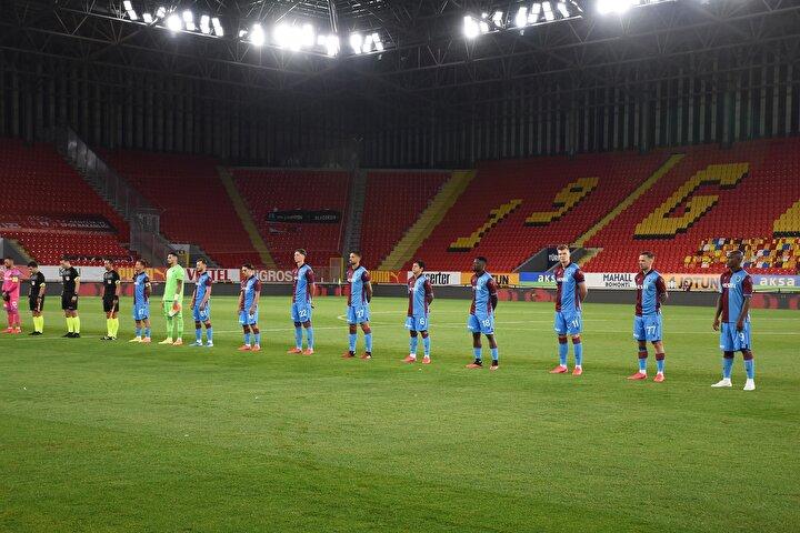 Trabzonsporlu futbolcular Göztepe maçından önce sosyal mesafeye özen gösterdi.