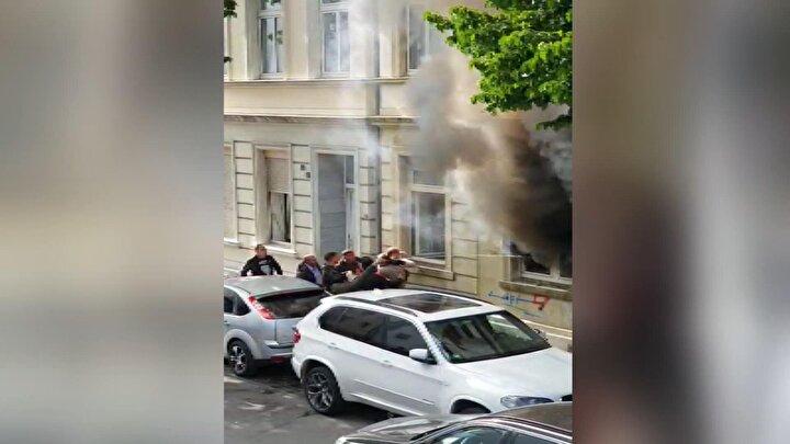 Almanyanın Köln kentinde bulunan Mülheim semtinde prize takılı şarj aleti yangına neden oldu.Prize takılı şarj aletinin patlamasıyla meydana gelen yangında, evden çıkan dumanları gören bölge sakinleri yangına müdahale etmek için dışarı koştu.