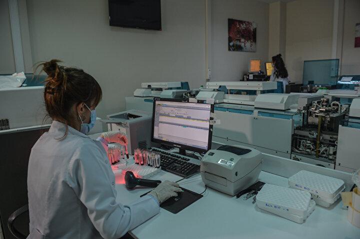 SAATTE 600 TEST SONUCU ALABİLECEK KAPASİTEDEYİZ İl Sağlık Müdürlüğü Laboratuvar Hizmetleri Komisyon Başkanı ve Kanuni Sultan Süleyman Eğitim ve Araştırma Hastanesi Başhekim Yardımcısı Dr. Cemal Kazezoğlu, İstanbulun Kovid-19 hastalığına karşı bağışıklık oranının 20 Hazirandan itibaren ortaya çıkacağını anlatarak, şunları söyledi: