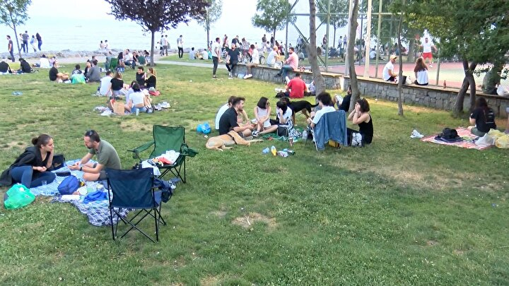 Arkadaşları ve aileleriyle birlikte çimlere oturan vatandaşlar canlı müzik dinleyerek vakit geçirirken bazı vatandaşlarsa yürüyüş yaparak bisiklet sürdü.