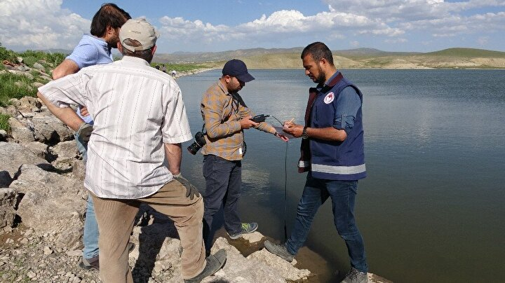 Ölçüm sırasında oksijen ve sıcaklık konusunda bir problemle karşılaşmayan ekipler, göletten su ve balık örnekleri aldı. Balık ölümleri laboratuvarda yapılan analizler sonrası ortaya çıkacağı belirtildi.