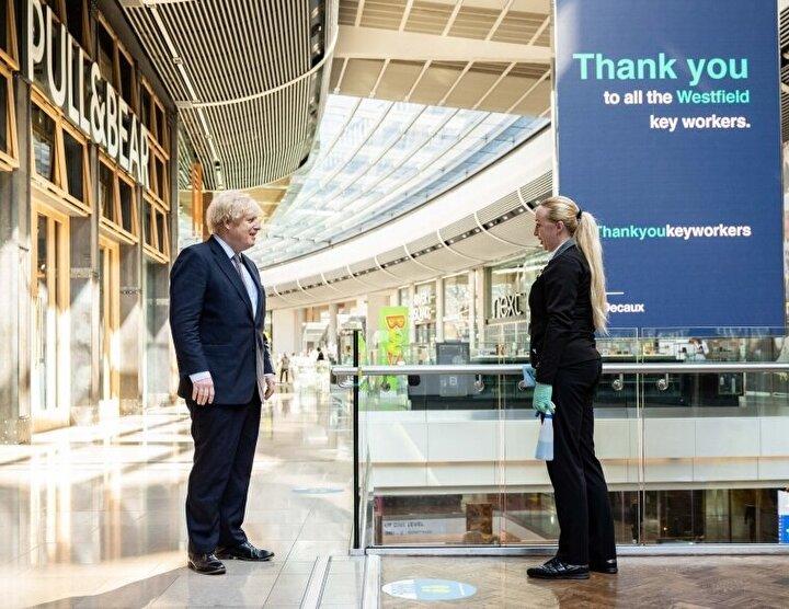 İngiltere Başbakanı Boris Johnson alışveriş merkezi gezerek vatandaşlara alışveriş yapın mesajı vermişti.