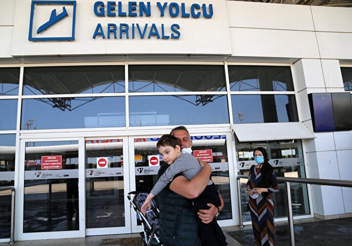 Türk vatandaşlarını taşıyan Rusya Havayollarına ait tahliye uçağı, bugün saat 14.00da Antalya Havalimanına iniş yaptı. Anne ve çocuk, özel görevliler eşliğinde uçaktan çıkış kapısına kadar getirildi.