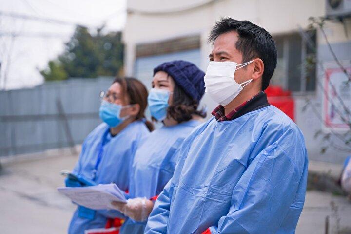 Çinde birçok bölge savaş zamanı acil durumu altında karantinaya girdi. Virüsün başkentte tekrar yayılmasını önlemek için yaklaşık 100 bin personel görevlendirildi.