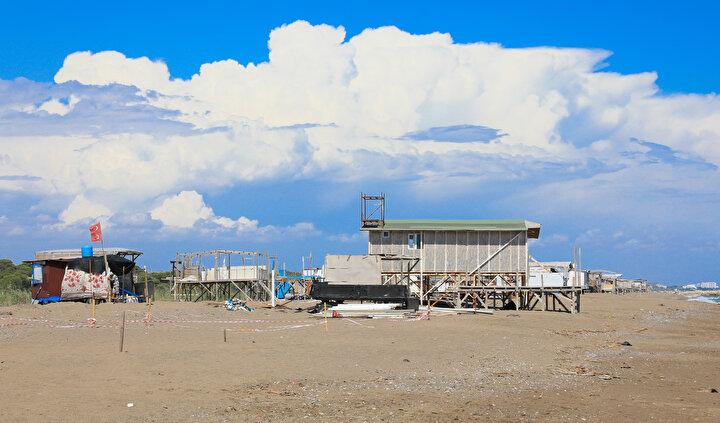 Lüks otellere parası yetmeyen vatandaşlar denize sıfır noktasında kurduğu çardak kent ile tatil imkanına sahip oluyor.