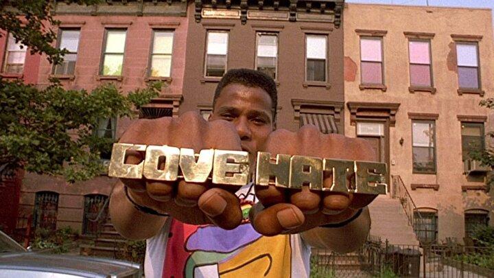 Yönetmeni Spike Lee,  çok zor bir şeyi başarmış ve ırkçılık gibi tehlikeli bir konuyu başarılı bir şekilde beyaz perdeye aktardı.