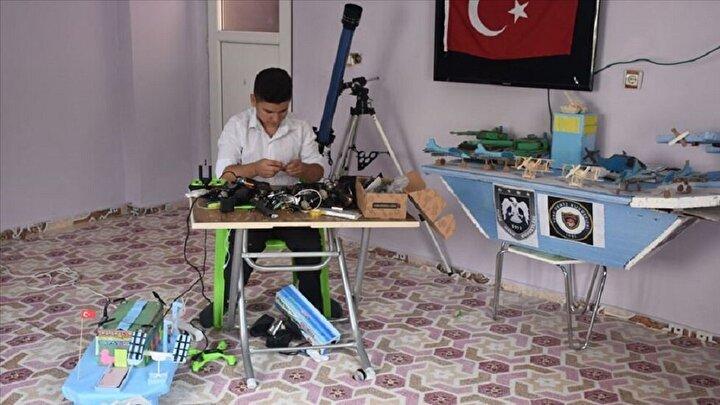 Babasının vefatından sonra annesinin iş yükü arttığını söyleyen genç yaptığı robotlarla annesinin ev işi yükünü azaltmak istediğini söyledi.