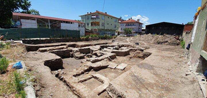 İznik Müze Müdürlüğü arkeologları ve sanat tarihçileri, alanda yaptıkları incelemelerde bölgenin hamam olarak kullanıldığını tespit etti.