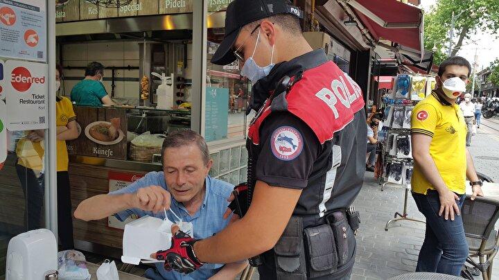 Bursada polisler ceza uyarısı yapıp, maske dağıttı
