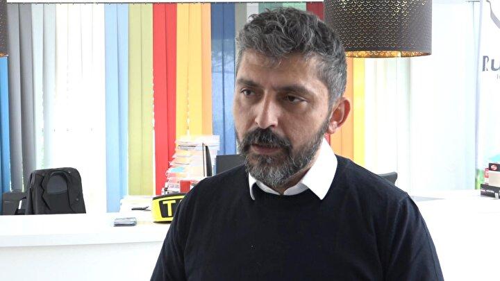 """Başkent Viyanada Taksi şirketi bulunan Türk gurbetçi Cengiz Akbudak, hükümetin almış olduğu yeni kararı şu sözlerle değerlendirdi: """"Koronavirüs krizini en rahat atlatan ülkelerden birinde yaşıyoruz. O yüzden de şuan alınan tüm kararlar ve uygulamalarla normal hayata geri dönüyoruz. Maskenin kalkması bizleri tabi çok sevindirdi. Gerçekten zorlanıyordu insanlarımız. Belirli yerlerde hala maske takma zorunluluğu var. Bunlardan biri de taksiler. O yüzden takside öncelikle taksi şoförleri maskelerini mecbur takmaları gerekiyor ve müşteriye de maske takmasını hatırlatmak sorumluluğu da taksi şoförlerinde. Zaten uzun zaman korona ile yaşadık ve yavaşa yavaş hafifliyoruz. Ama son kalan aşamada da dikkatimizi elden bırakmayalım."""