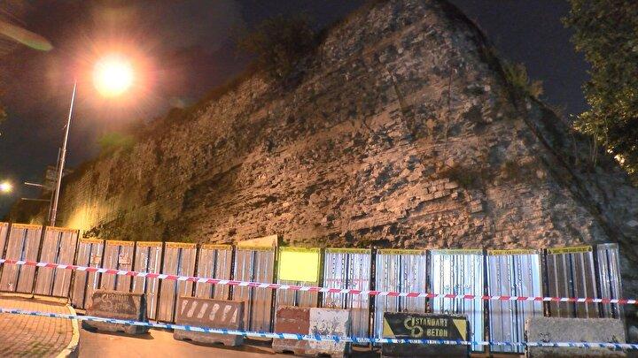 Tarihi surlarda çökme tehlikesi; Yol trafiğe kapatıldı