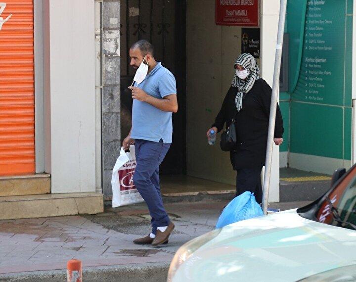 """Maskesini burnunu örtecek şekilde takmayan Celal Doğan isimli vatandaş, nefes alamadığını belirterek, """"Ben virüsten kendimce korunuyorum ama başkalarını bilemem. Herkes rahat. Vak'alar artıyor, bin 500'e çıktı."""