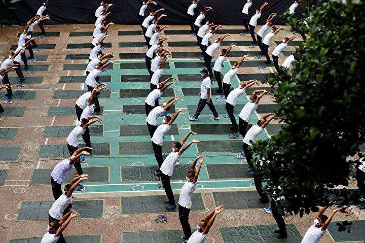 Bangladeş'in başkenti Dakka'da, personelin sağlığını korumayı görev edinen emniyet yetkilileri bu amaçla yaklaşık 100 kadar polise toplu yoga dersi yaptırdı.