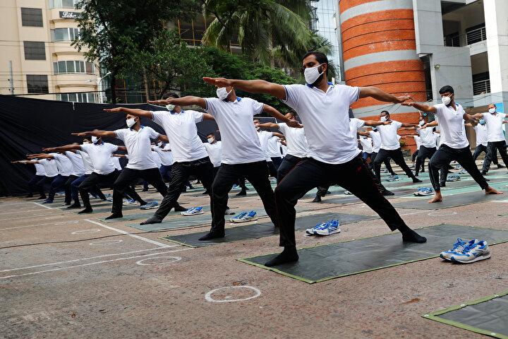168 milyonluk bir nüfusa sahip olan Bangladeş'te, emniyet güçleri mayıs ayının sonunda kaldırılana kadar karantina tedbirlerinin uygulanması konusunda anahtar bir rol üstlendi. Ancak ülke genelinde 6 binden fazla polis salgından etkilendi, bunlardan 19'u yaşamını yitirdi. Vakaların çoğu başkent Dakka'da görüldü. Dakka'da en az 1850 polis virüsle enfekte oldu, 10'u hayatını kaybetti.