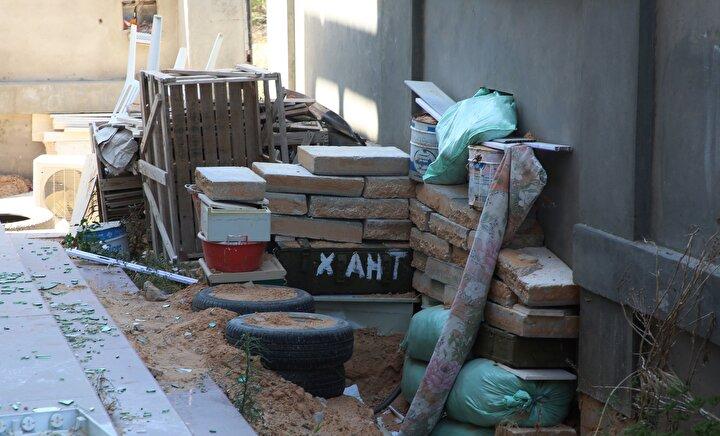 Ev sahibi Tumi, milislerin başka evden bazı eşyaları buraya taşıdığını aktarıyor. Camların önünde dizilmiş kum torbaları ve mobilyalardan, milislerin ve paralı askerlerin, buraları savaşmak için mevzi olarak kullandığı anlaşılıyor.