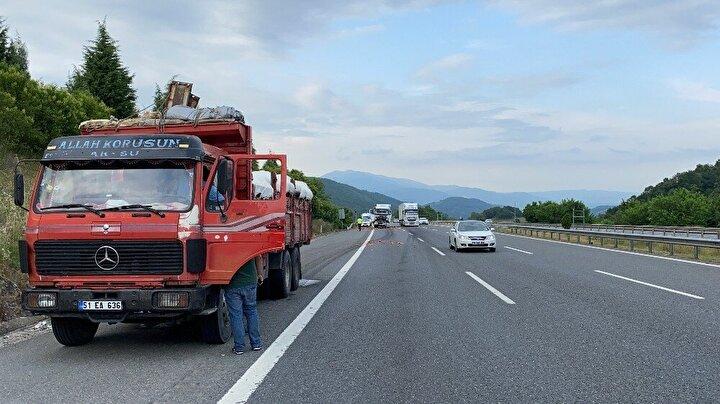 Edinilen bilgilere göre, Düzce'den İstanbul istikametine seyir halinde olan Mehmet Yeşildağ idaresindeki 81 AAE 074 plakalı hurda yüklü kamyon, önünde seyir halinde olan Adnan Gökesen idaresindeki 51 EA 636 plakalı karpuz yüklü kamyona çarptı.