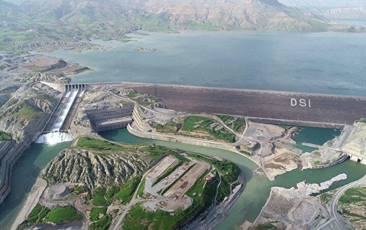 Baraj, önyüzü beton kaplı kaya dolgu barajı bakımında 244.391 metrekarelik beton yüzey alanı ile kendi kategorisinde dünyanın en büyüğü.
