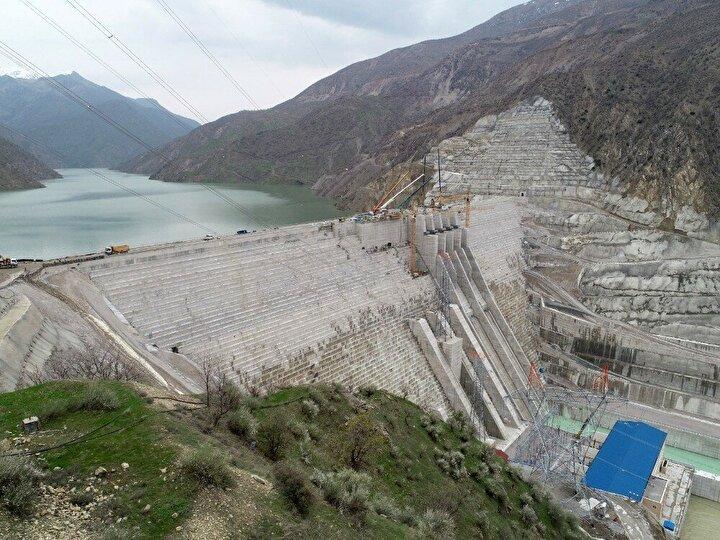 Barajın üç büyük ve bir küçük olmak üzere 4 türbin ile toplamda 420 MW kurulu güce sahip.