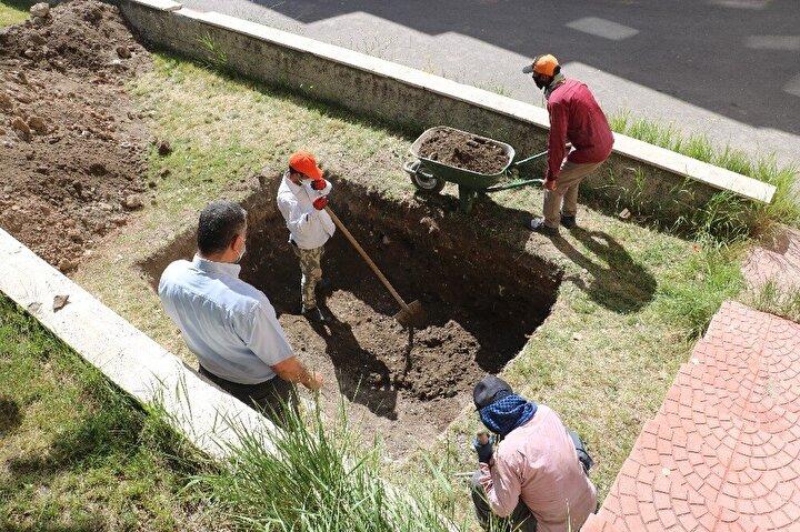 Bizim bildiğimiz bu. İnşallah mezar ortaya çıkar, tarihçesi açıklanır. Bizde detaylı bilgiye sahip oluruz. Şuan da mezarı bulmaya çalışıyorlar. Neler yaptığını, neler yaptığını bizde merak ediyoruz dedi.