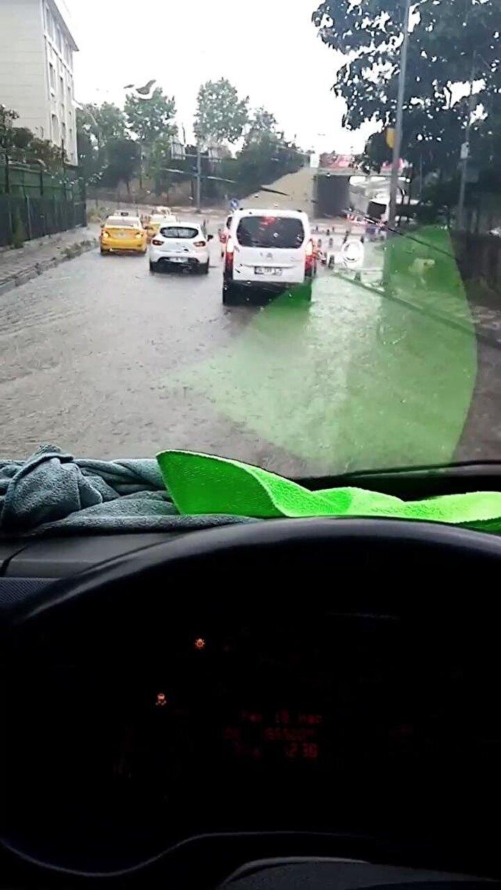 Sokakta yağışa yakalanan kimi vatandaşlar ise metrobüs ve otobüs duraklarına sığındı.