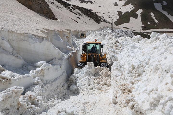 Türkiye genelinde sıcak hava etkisini gösterirken, Yüksekova ilçe merkezine yaklaşık 40 kilometre uzaklıkta bulunan İkiyaka Dağlarının Göllerbaşı bölgesinde ise karla mücadele çalışması yürütülüyor.