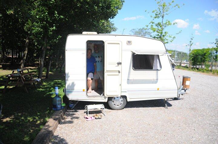 Ormanya Doğal Yaşam Parkı bünyesindeki karavan kampına gelen kampçılar, 30 karavan kapasiteli 25 dönümlük alanda, doğanın keyfini çıkarıyor.