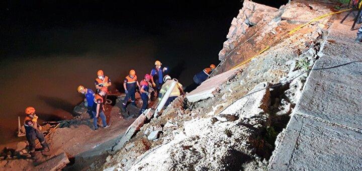 Çevredekiler, jandarma ekiplerine 13-14 yaşlarındaki çocuğun çöken duvarın altında kaldığı ihbarında bulundu.