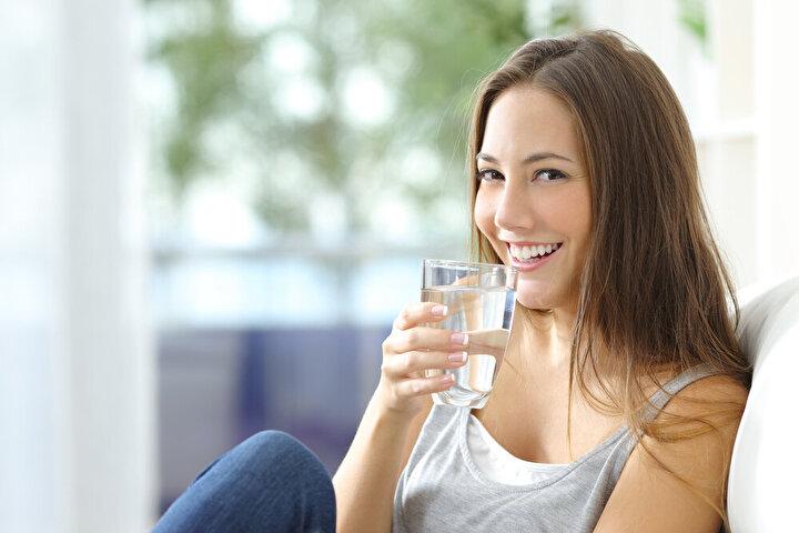 Yapılan çalışmalar; su tüketimi yeterli olmayan kişilerin daha yüksek beden kitle indeksine sahip olduğunu gösterdi. Bunun önemli nedenlerinden biri, açlık ve susuzluk sinyallerinin çoğu zaman birbiriyle karışmaları nedeniyle susuz kaldığımızda bir şeyler yeme isteğimizi veya susama hissini yüksek kalorili, şekerli içeceklerle giderme eğilimimizin olması. Bu nedenle her gün yeteri kadar su içtiğinizden emin olmalısınız. Günlük olarak kilo başına 30 ml su içmeyi ihmal etmeyin.
