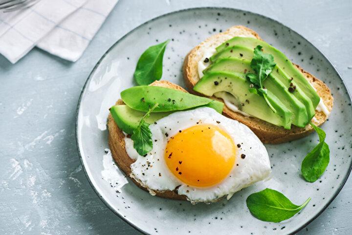 Beslenme şeklinizi düzene koymak için güne öncelikle sağlıklı bir kahvaltıyla başlamalısınız. Kahvaltıda tüketeceğiniz; peynir, yumurta, yoğurt ve süt gibi proteinden zengin besinler uzun süre tokluk sağlayarak sürekli atıştırma alışkanlığınızı baskılamaya katkı sağlayacaklar. Protein alımı aynı zamanda bağışıklık sisteminizi güçlü tutmaya da yardımcı olacak.