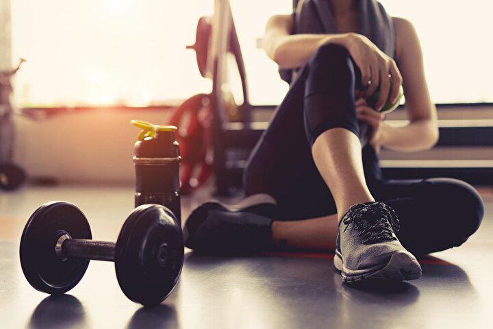 Egzersiz vücutta serotonin maddesini salgılattığı için olumsuz duyguların yönetilmesine, dolayısıyla duygusal yemenin önlenmesine yardımcı oluyor. Ayrıca kilo vermenin temel şartı olan alınan ve harcanan kalori arasındaki farkı oluşturmak için de düzenli olarak egzersiz yapmalısınız. Bu sayede karantina döneminde aldığınız kiloları çok daha kolay verebilirsiniz.