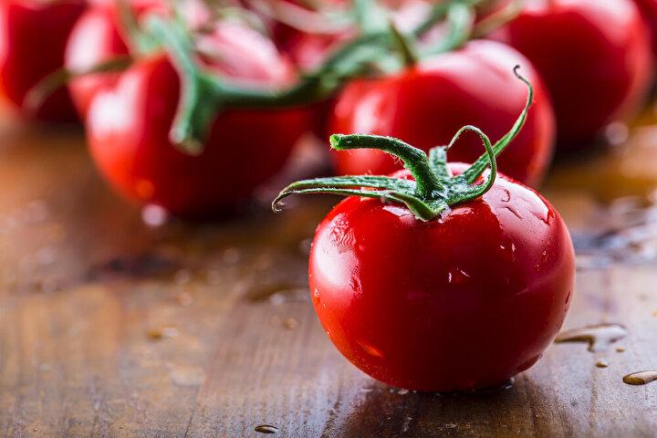 Covid-19 tehdidinin devam ediyor olması nedeniyle tek silahımız olan bağışıklık sistemimize yatırım yapmamız şart. Vücudunuzun güçlü bir dirence sahip olması için özellikle kayısı, böğürtlen, çilek, yeşil biber, domates gibi meyve ve sebzelerin antioksidan özelliklerinden faydalanın.
