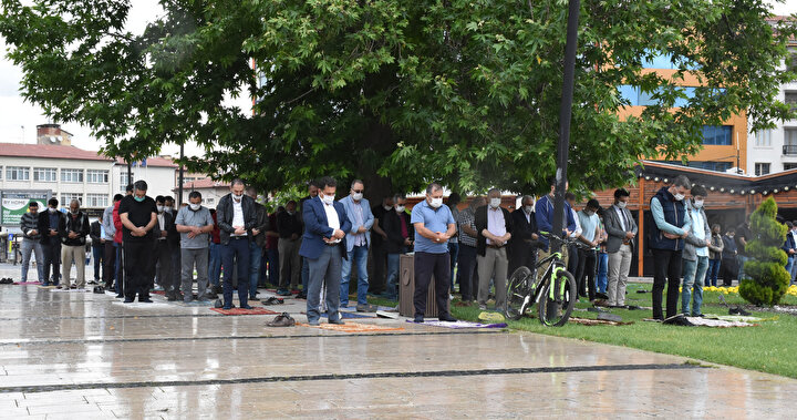 Namaza hazırlıklı olanlar ise yanlarında getirdikleri şemsiye, poşet ve kartonlarla ıslanmamak için önlem aldı.