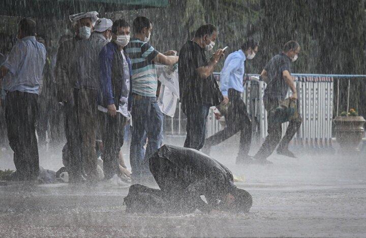 Hacı Bayram-ı Veli Camiinde de namaz esnasında aniden bastıran sağanak yağmura cemaat aldırış etmeden cuma namazını kıldı.