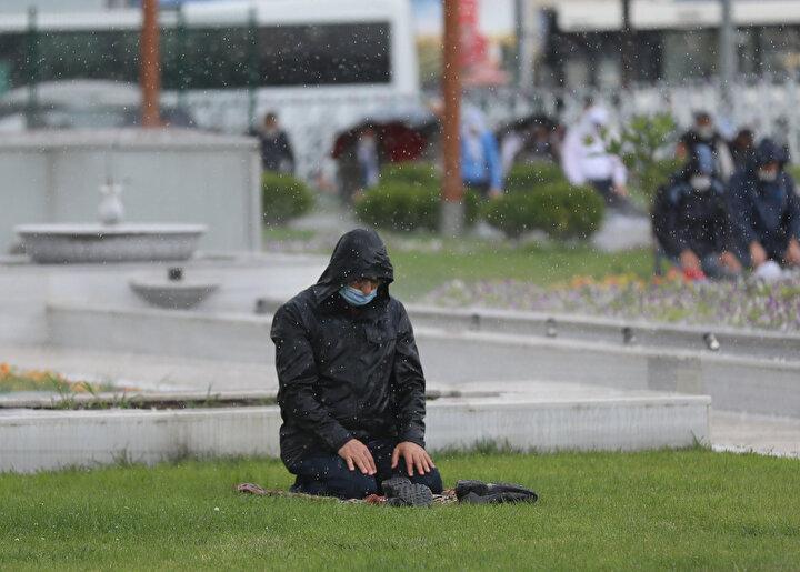 Ankara Melike Hatun Camisinde cuma namazı, yeni tip koronavirüs (Kovid-19) tedbirleri ile kılındı. Vatandaşlar cuma namazını, öğle saatlerinde etkili olan sağanak yağmur altında kıldı.