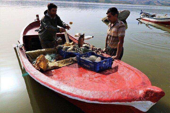 Barajlardaki su seviyesinin düşük olması nedeniyle av sezonunda sıkıntı yaşadıklarını belirten balıkçı Ramazan Uysal, şu şekilde açıklamada bulundu: