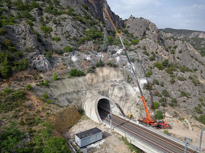 Ayrıca, Ankara-İstanbul YHT seyahat süresini 14 dakika kısaltacak T26 Tünelinin inşası Bilecikin Bozüyük ilçesinde sürüyor. 6 bin 800 metre uzunluğundaki tünel, giriş ve çıkışlarıyla 8 bin 100 metrelik bir alanı kapsıyor.