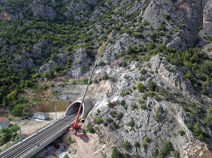 Projenin ilk etabını oluşturan Ankara-Eskişehir kesimi 2009 yılında hizmete açıldı. Eskişehir-Pendik kesimi de inşa edilerek hattın tamamı 25 Temmuz 2014te faaliyete geçti. Bunun ardından yapılan çalışmalarla güzergah, 13 Mart 2019da Pendikten Halkalıya kadar uzatıldı.