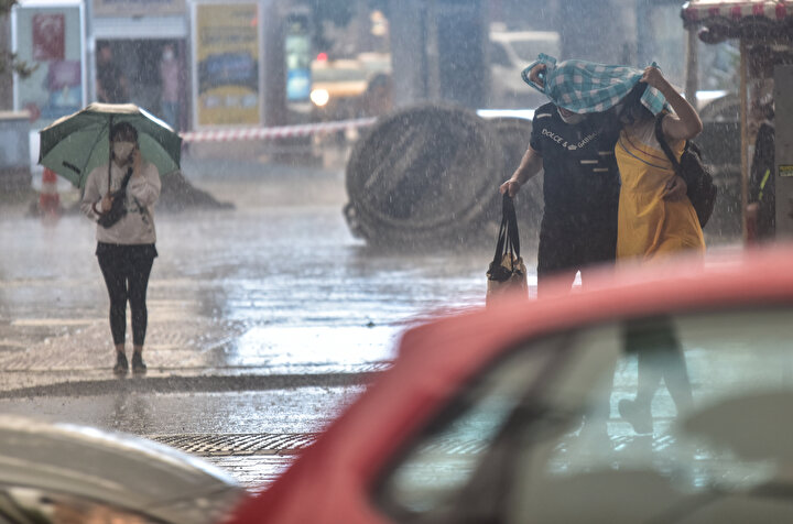 Kocaeli Büyükşehir Belediyesi Su ve Kanalizasyon İdaresi, suyla kaplanan köprünün altında çalışma yaptı.