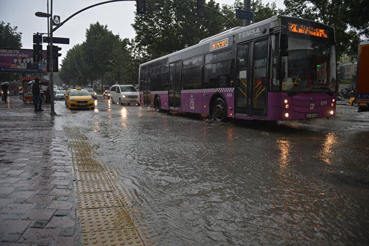Kentin Avrupa ve Anadolu yakalarındaki bazı ilçelerde aniden bastıran yağış nedeniyle birçok ev ve iş yerini su bastı.