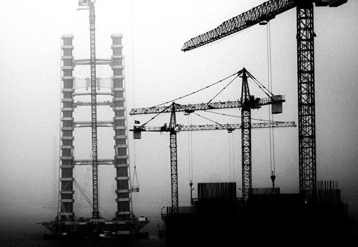 1 asma köprü, 2 yaklaşım viyadüğü, 4 betonarme viyadük, 6 alt geçit köprüsü, 38 üst geçit köprüsü, 5 köprü, 43 alt geçit, 115 çeşitli ebatlarda menfez, 12 kavşak, 4 otoyol hizmet tesisi, 2 bakım işletme merkezi, 6 ücret toplama istasyonu inşa edilecek ve 1915 Çanakkale Boğaz Köprüsü, 18 Mart 2022'de tamamlanarak hizmete açılacak.