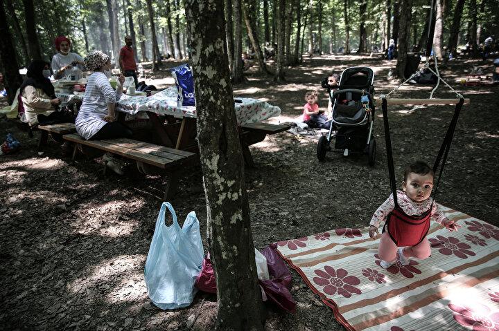 Ormanın içinde ise boş masa kalmadı. Piknik alanında yanlarında getirdikleri sandalye ve örtülerle kendilerine yer hazırlayanlar olduğu görüldü.