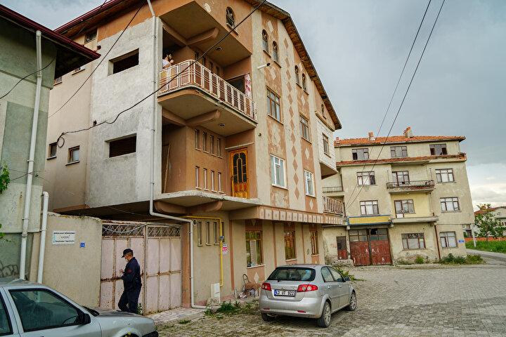 Öte yandan, karantinaya alınan binaların önünde İlçe Jandarma Komutanlığı ekipleri önlem aldı.