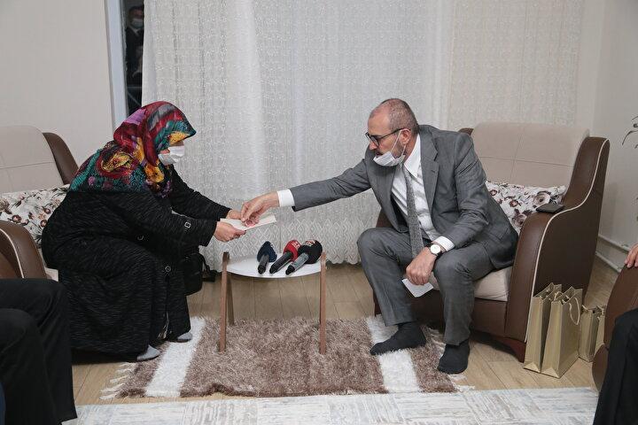 Yüzüğün, bu ülkenin zor zamanında bir Türk kadınının bütün varlığıyla devletinin yanında yer alması anlamına geldiğini söyleyen Ünal, Yüzüğün manevi bir değeri var. Cumhurbaşkanımız da manevi değeri olan bu yüzüğün Mukadder hanıma tekrardan tarafımızdan hediye edilmesini istedi. Cumhurbaşkanımız Aldık kabul ettik ve hediye ediyoruz. dedi. ifadesini kullandı.Aileye teşekkür eden Ünal, böyle duruşlar olduğu sürece, Allahın izniyle bu milletin ve devletin sırtının yere gelmeyeceğini vurguladı.