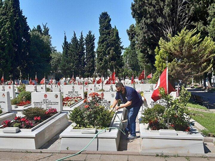 """Şehit Jandarma Komando Er Sinan Tunçun babası Muzaffer Tunç, """"Onlar bize gelemediği için biz onların ayağına geliyoruz. Vatan sağ olsun. Onurluyuz, gururluyuz ama bir o kadar duyguluyuz. Evlat bir taneydi. Vatan sağ olsun diyoruz. 16 sene oldu. Başka yok. Ben onu ziyarete geliyorum. 20 yaşındaydı. Mardin Nusaybinde şehit oldu. Yeni Foçada jandarma komandoydu. Tim olarak Mardin Nusaybine gittiler. Şehit düştüler. Operasyona giderken uzaktan kumandayla aracı havaya uçurdular. 16 senedir buradayız. Çok buruk geçiyor. Evlat bizim. Vatan bizim. Bayrak bizim. Vatansız kalsak daha mı iyi? Değil. 2 kız bir oğlum vardı. Erkek olarak başka yok dedi."""