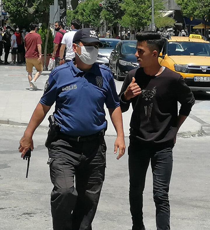 Bir başka genç ise elinde maskeyle polis ekiplerinin yanına yaklaştı.