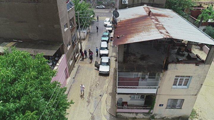 İzmirde kent merkezi ve ilçelerde etkili olan sağanak ve dolu, hayatı olumsuz etkilerken bazı yerlerde taşkınlar oluştu.