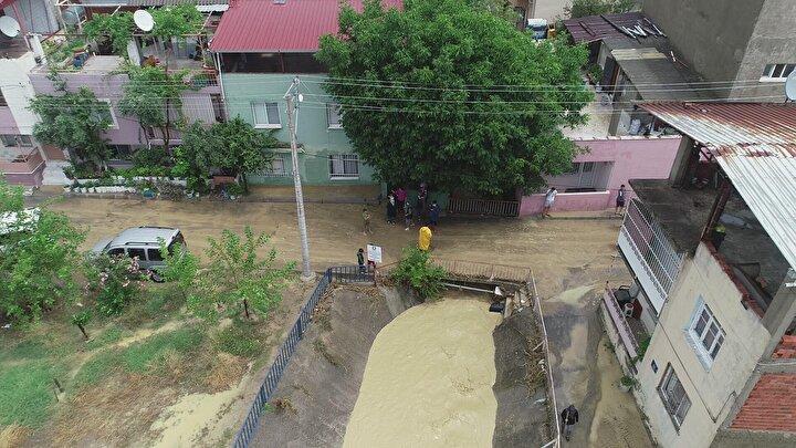 İzmir'de sabah saatlerinde aniden bastıran sağanak yağış, günlük hayatı olumsuz etkilerken birçok ev ve iş yerini de sular altında bıraktı.