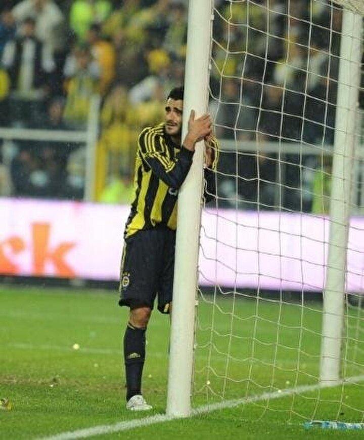 Emre Tilev: Ne güzel pas! Guiza, Guiza... Direkten döndü! Allahım nasıl kaçar, nasıl kaçar! 7.32-2.44 kale, bir Guiza var başka kimse yok, bir de Guizanın nefesi var. Üflese ağlarda ama top direkte... Olacak iş değil (Sion-Fenerbahçe maçı)