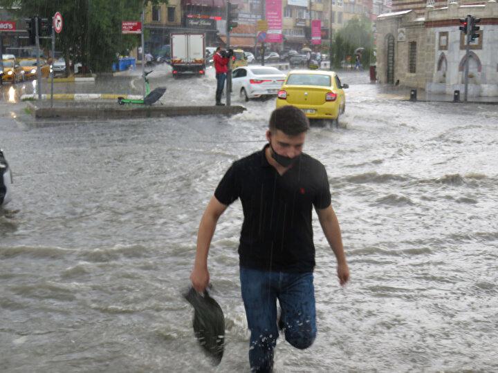 İstanbul'da bazı bölgelerde sağanak yağış etkisini göstermeye başladı. Üsküdar'da da yoğun yağış nedeniyle yollar göle döndü, otomobiller yolda ilerlemekte zorlandı.
