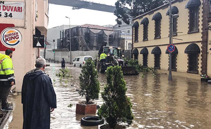 Ortaköyde, cadde ve sokaklarda su birikintileri oluştu, yayalarla sürücüler ilerlemekte güçlük çekti.